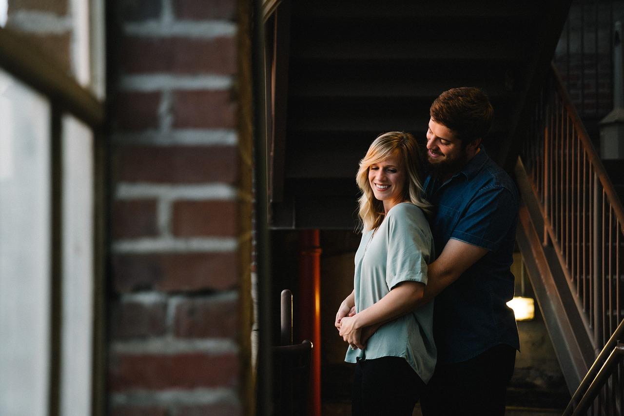 זוג מתחבק בבית