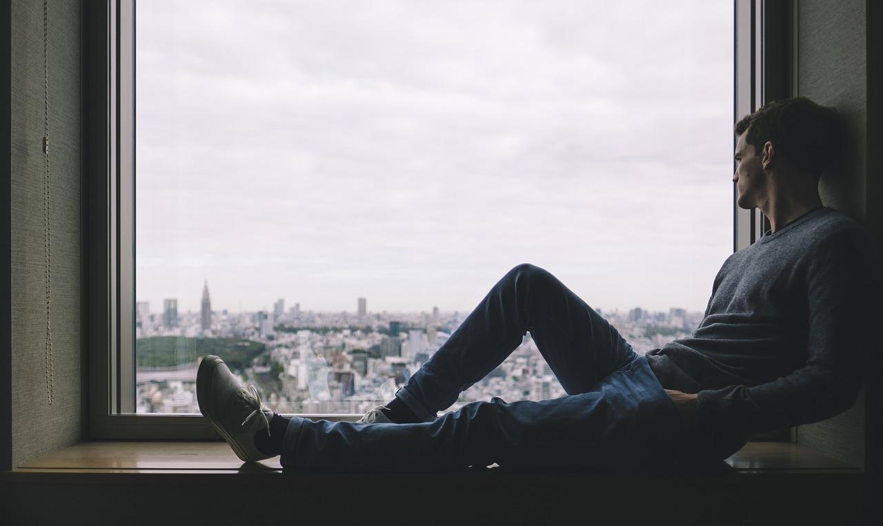 גבר מביט לחלון