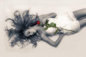 אישה עם ורד