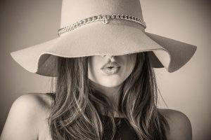אישה עם כובע שולחת נשיקה