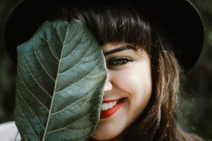 אישה מסתירה את האף
