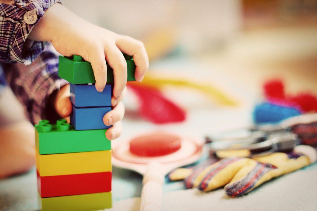 ילדה בונה מגדל