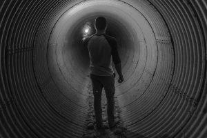 איש בתוך תעלה